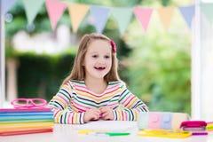 ребенок делая школу домашней работы Дети учат и красят Стоковая Фотография