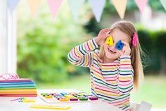 ребенок делая школу домашней работы Дети учат и красят Стоковое Изображение RF