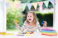 ребенок делая школу домашней работы Дети учат и красят Стоковые Изображения RF
