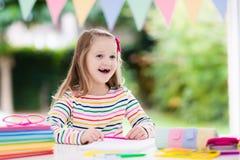 ребенок делая школу домашней работы Дети учат и красят Стоковое Фото