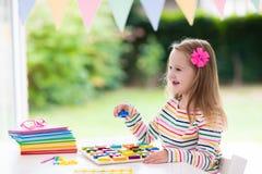 ребенок делая школу домашней работы Дети учат и красят Стоковая Фотография RF