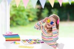 ребенок делая школу домашней работы Дети учат и красят Стоковые Фото