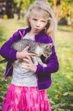 Ребенок держа кота стоковая фотография rf