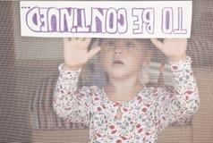 ребенок держит знак Стоковые Фото