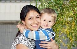 ребенок держит усмехаться мати Стоковое Изображение RF