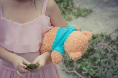 Ребенок девушки Азии милый с плюшевым медвежонком стоковые изображения rf