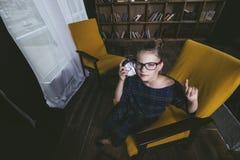 Ребенок девушки в библиотеке с книгами в строгой моде enga Стоковые Фотографии RF