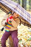 Ребенок девушки в лесе осени с зонтиком, красивым ландшафтом в сезоне падения с желтыми листьями Стоковая Фотография RF