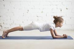 Ребенок девушки в представлении планки дельфина, белой предпосылке студии Стоковое Фото