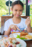 Ребенок девушки есть стейк тележки рыб стоковая фотография