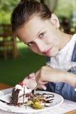 Ребенок девушки есть торт в кафе Стоковые Фотографии RF