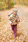 Ребенок девушки, который побежали в лесе осени Стоковые Фотографии RF