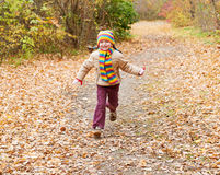 Ребенок девушки, который побежали в лесе осени Стоковая Фотография RF