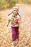 Ребенок девушки, который побежали в лесе осени Стоковое Фото