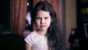 ребенок девушки несчастные сердитые эмоции 6 сток-видео