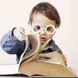 Ребенок девушки подготавливает для экзамена юмористическое изображение Sc Стоковые Фотографии RF