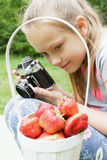 Ребенок девушки фотографируя старую камеру Стоковые Фото