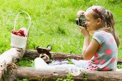 Ребенок девушки фотографируя старую камеру Стоковые Фотографии RF