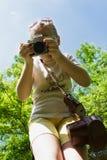Ребенок девушки фотографируя старую камеру Стоковое Изображение RF