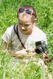 Ребенок девушки фотографируя старую камеру Стоковые Изображения RF