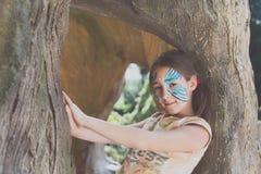 Ребенок девушки outdoors в дереве с картиной стороны бабочки Стоковая Фотография RF
