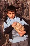 ребенок его арахисы удерживания Стоковые Фото
