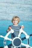 Ребенок держа рулевое колесо стоковая фотография rf