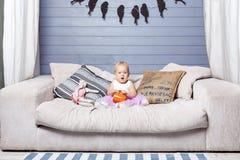 Ребенок держа чашку Стоковая Фотография RF