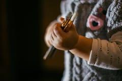 Ребенок держа щетку Стоковые Фото