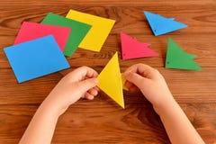 Ребенок держит желтую рыбу origami в его руках Идея ремесел детей Стоковая Фотография RF
