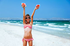 Ребенок есть арбуз на пляже Стоковые Изображения RF