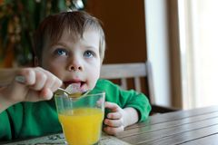 Ребенок есть лед стоковые изображения