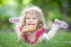 Ребенок есть мороженое Стоковые Фотографии RF