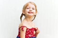 ребенок есть плодоовощ Стоковая Фотография RF