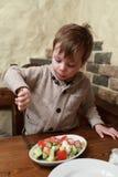 ребенок есть салат стоковое изображение