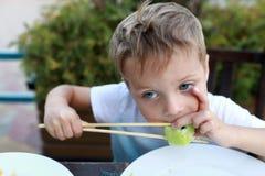 Ребенок есть суши стоковое изображение rf