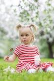 ребенок есть югурт Стоковое Изображение