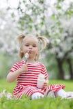 ребенок есть югурт Стоковое Изображение RF