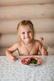 Ребенок ест на таблице Стоковое Изображение RF