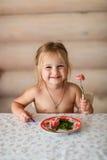 Ребенок ест на таблице Стоковые Фото
