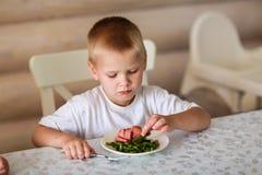 Ребенок ест на таблице Стоковое фото RF