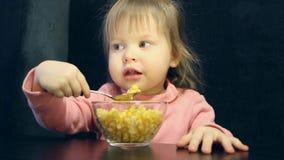 Ребенок ест с ложкой сток-видео