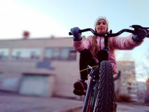 Ребенок ехать велосипед в предыдущей весне стоковые фото