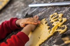 Ребенок делает печенья Стоковая Фотография