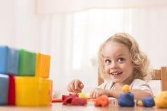 Ребенок делая игрушки используя пластилин стоковая фотография rf