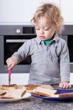 Ребенок делая сандвич стоковые фото