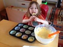 Ребенок делая торты стоковое изображение rf