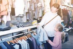 Ребенок женщины и девушки выбирая одежды children's Стоковые Изображения RF