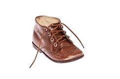 ребенок закрепляя старый ботинок путя Стоковые Изображения
