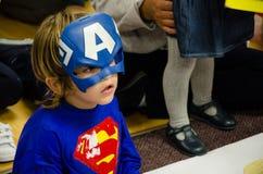 Ребенок замаскированный как супергерой стоковые изображения rf